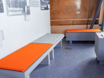 Bankauflage-in-grau-und-orange-Mueseum-Sitzplatz