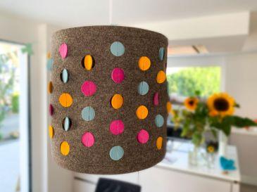 Lampe-aus-Filz-mit-Dots-in-graubraun-mit-eisblau-pink-gelb