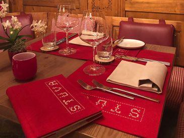 Tischset-Speisekarte-aus-Filz-Stueva-dunkelrot