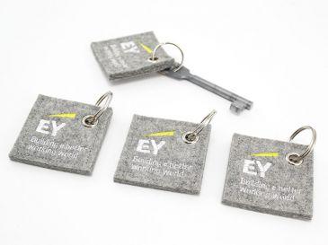 Schluesselanhaenger-Sonderform-Quadrat-mit-Logo-EY-03