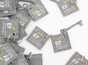 Schluesselanhaenger-Sonderform-Quadrat-mit-Logo-EY-01