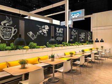 Bankauflagen-und-Sofakissen-aus-Filz-SAP-Messestand