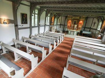 Gutskapelle-Lueneburg-Bankauflagen-fuer-Kirchenbaenke-mit-Befestigung