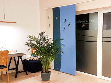 Vorhang-aus-Filz-Motiv-Kraniche-wollweiss-jeansblau-hellblau-Praxis