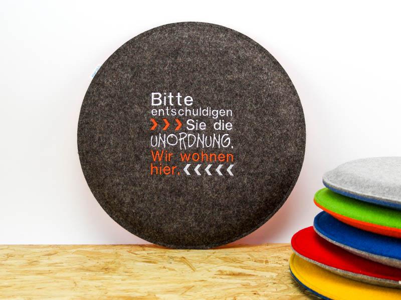 wohnen rundes sitzkissen aus filz mit spruch unordnung. Black Bedroom Furniture Sets. Home Design Ideas