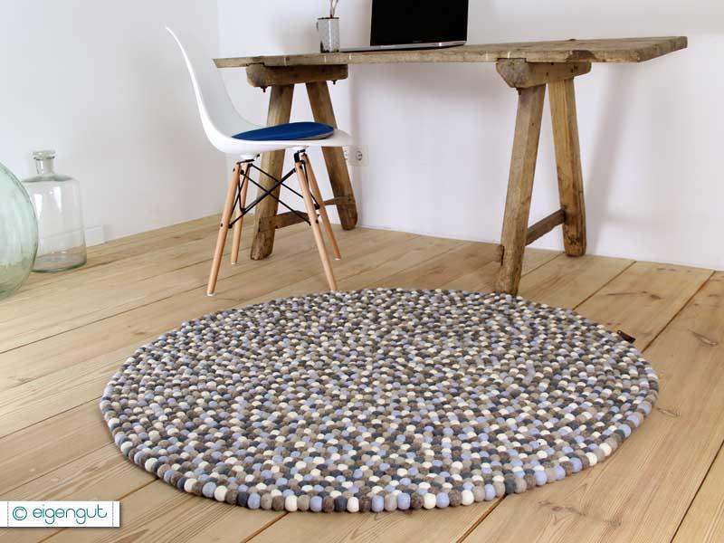 WOHNEN  Filzkugelteppich aus hunderten Filzkugeln grau