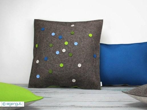 sofakissen sofakissen aus filz mit dots spirale. Black Bedroom Furniture Sets. Home Design Ideas